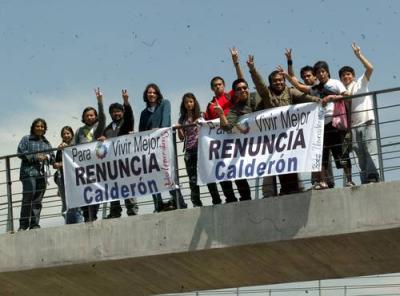 Estudiantes piden renuncia de Calderón
