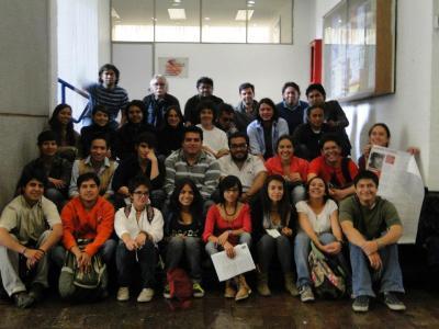 Universitarios recaban firmas para que AMLO vaya a la UNAM