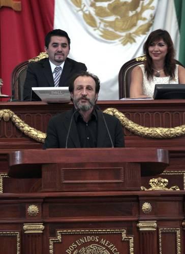 Galardonados critican a políticos al otorgar medallas la ALDF
